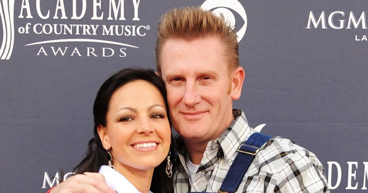 Joey Feek shared a sweet kiss with her daughter, Indiana, in celebration of Valentine's Day in a cute Instagram post on Sunday, Feb. 14 — see the precious snapshot