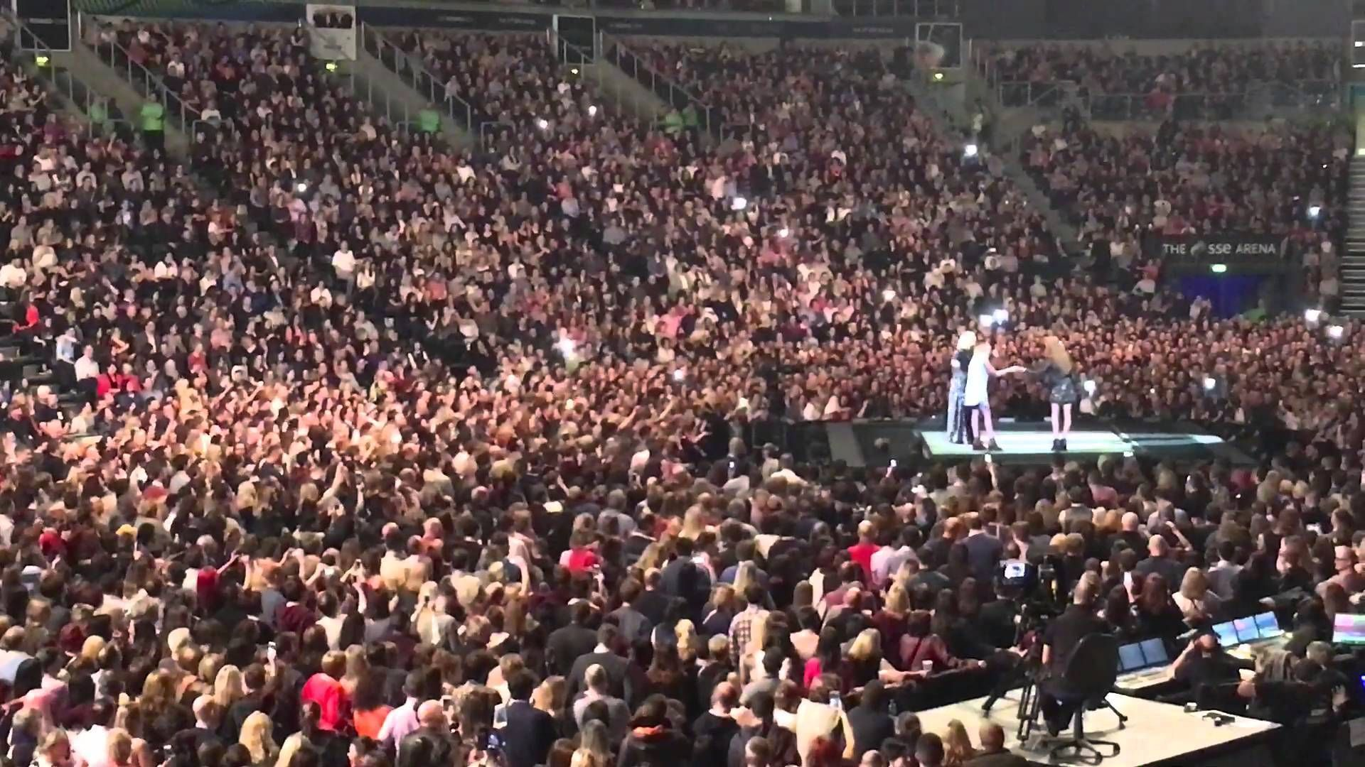 Adele Helped A Woman Propose To Her BF In Front Of 11,000 People. - http://www.lifebuzz.com/adele-help/