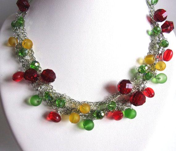 collier argenté avec des perles rouge  vertes par ManuelledeParis
