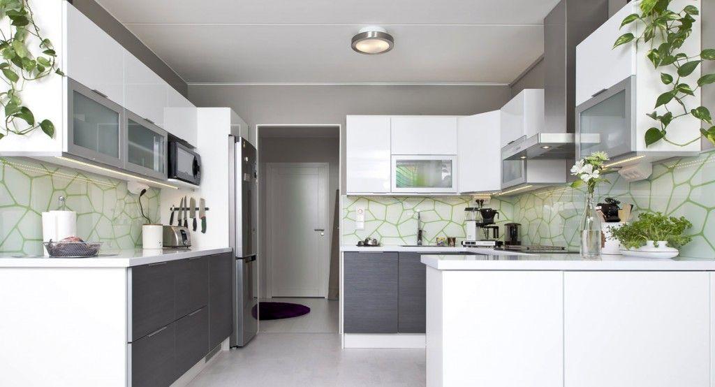 Harmaan ja valkoisen yhdistelmää piristää vihreä välitila  Ideal keittiöt