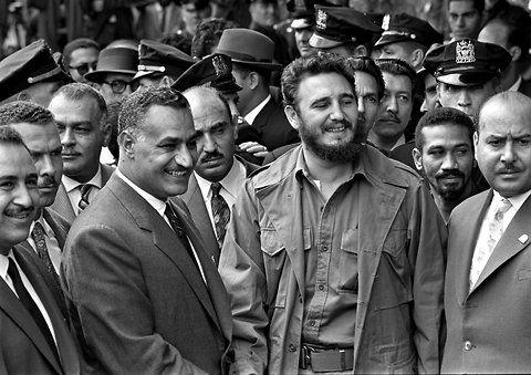 28 de septiembre de 1960. Una foto curiosa por su localización y personajes. Presidente Gamal Abdul Nasser de Egito (1918-1970), con Fidel Castro, en el Harlem de Nueva York, durante una Asamblea General de ONU en 1960 (fuente). Nasser está considerado como el mayor estadista egipcio de todos los tiempos y el principal líder político árabe de su época. Fue el primer gran impulsor del panarabismo y del socialismo árabe, pero también uno de los promotores del Movimiento de Países No Alineados.