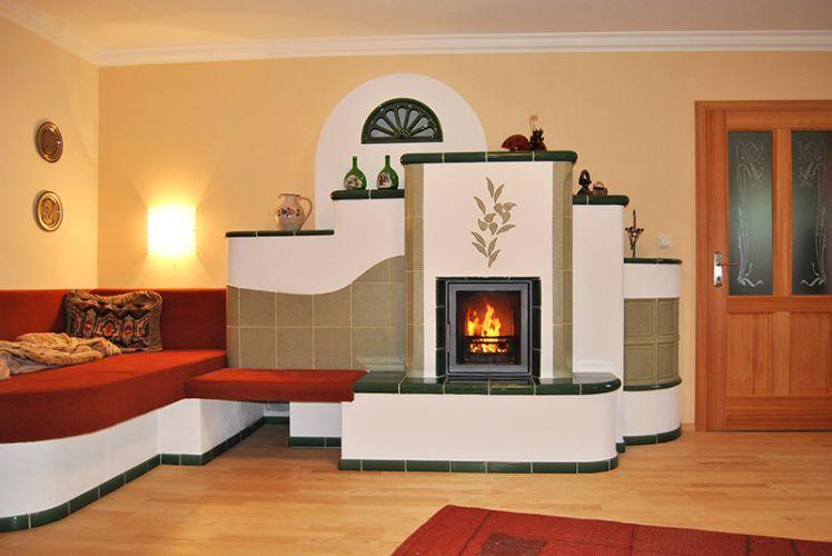 Kachelofen im Landhausstil, mit Liegebank und Sichtfeuer, 3240 Mank