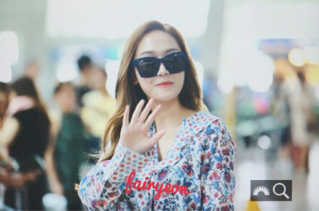 Jessica Jung at Icheon Airport heading to Los Angeles.