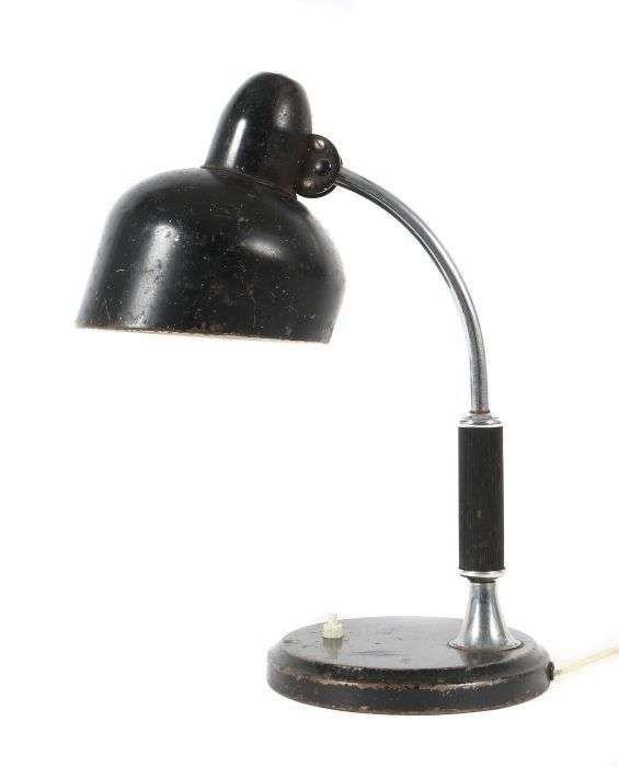 Schreibtischlampe Escolux, Deutschland, 1930er Jahre, Konstruktion aus Metall, schwarz lackiert, runde Grundplatte mit Druckschalter, verchromter Arm mit Griffstück, Reflektorschirm mit Herstellerbez. auf dem Dom, ein Leuchtkörper, H: ca. 40 cm. Alters- und Gebrauchsspuren, Kabel ergänzt.