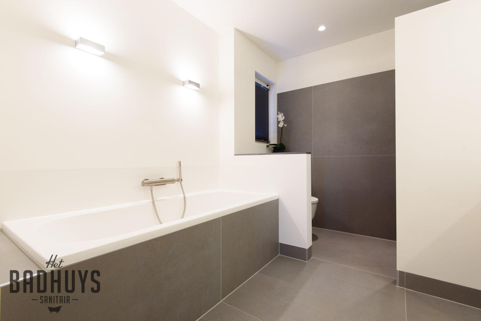 Moderne Badkamer Ideeen : Moderne badkamer met ligbad het badhuys moderne badkamers l