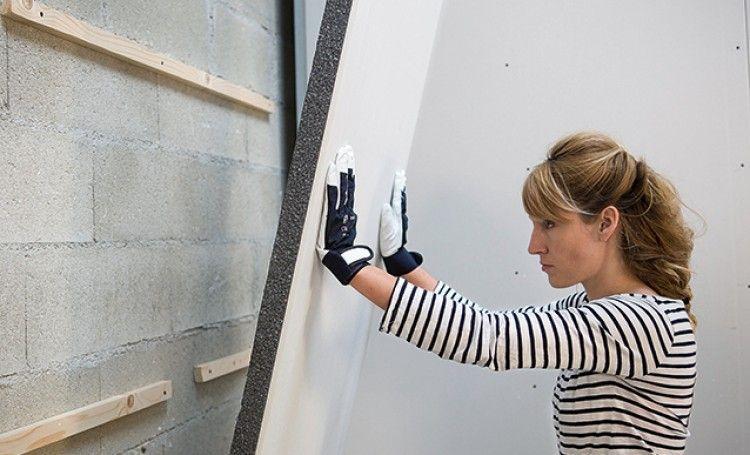 Pose De Plaques Isolantes En Polystyrene Graphite Plaque Isolante Isolation Mur Isolation Combles