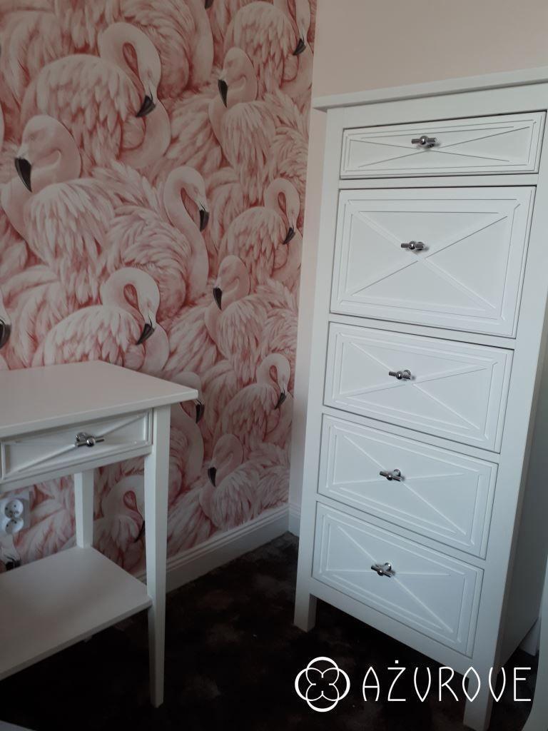 Romantyczna Sypialnia Pełna Flamingów A W Niej Szafka Nocna