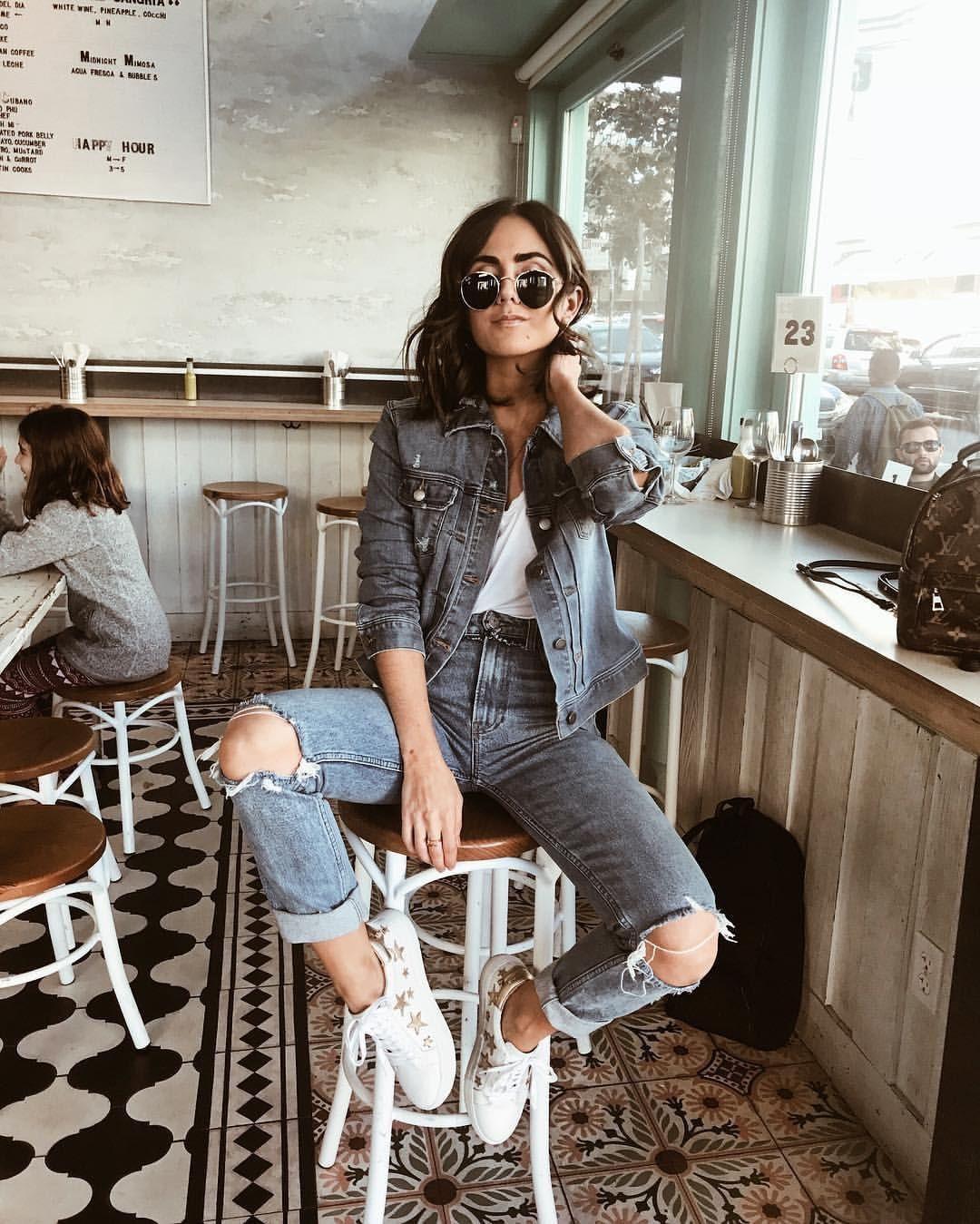 Denim alla moda in difficoltà nei toni del grigio.