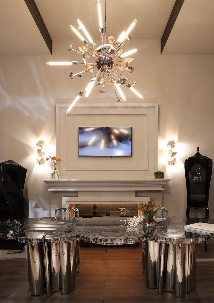 eine Lampenschirm mit viel Licht, ein Fernseher und ein Tisch aus