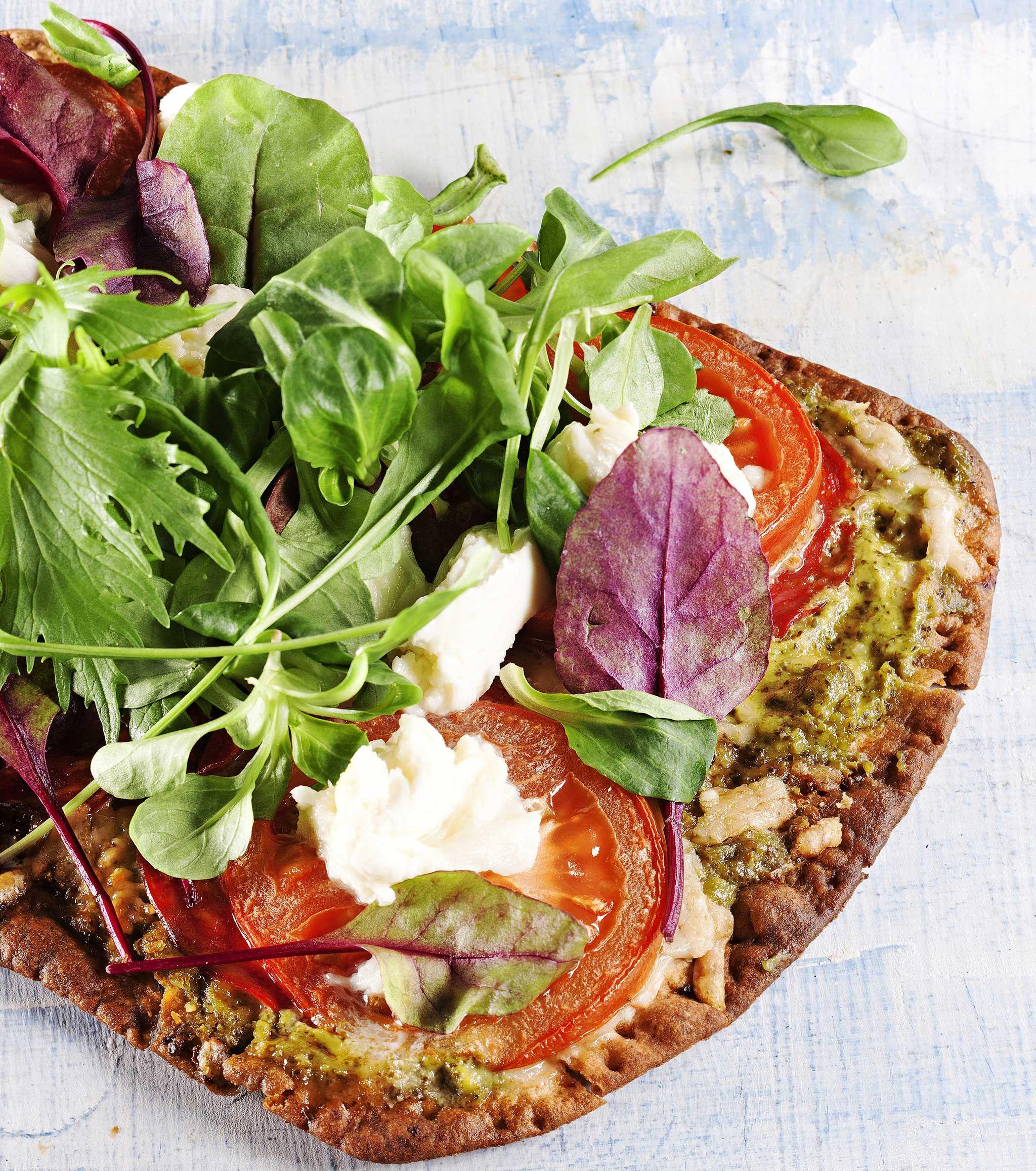 Rieskapizzat syntyvät nopeasti ja helposti. Pikapizzan pohjana on lapinrieskaa. Tuoreet täytteet tekevät pizzasta raikkaan. 1. Nosta rieskat leivinpaperilla peitetyille uunipelleille. 2. Levitä joka...