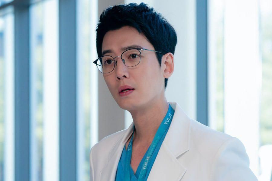 """Jung Kyung Ho Is A Reliable Doctor With A Unique Way Of Expressing His True Feelings In """"Hospital Playlist 2"""""""