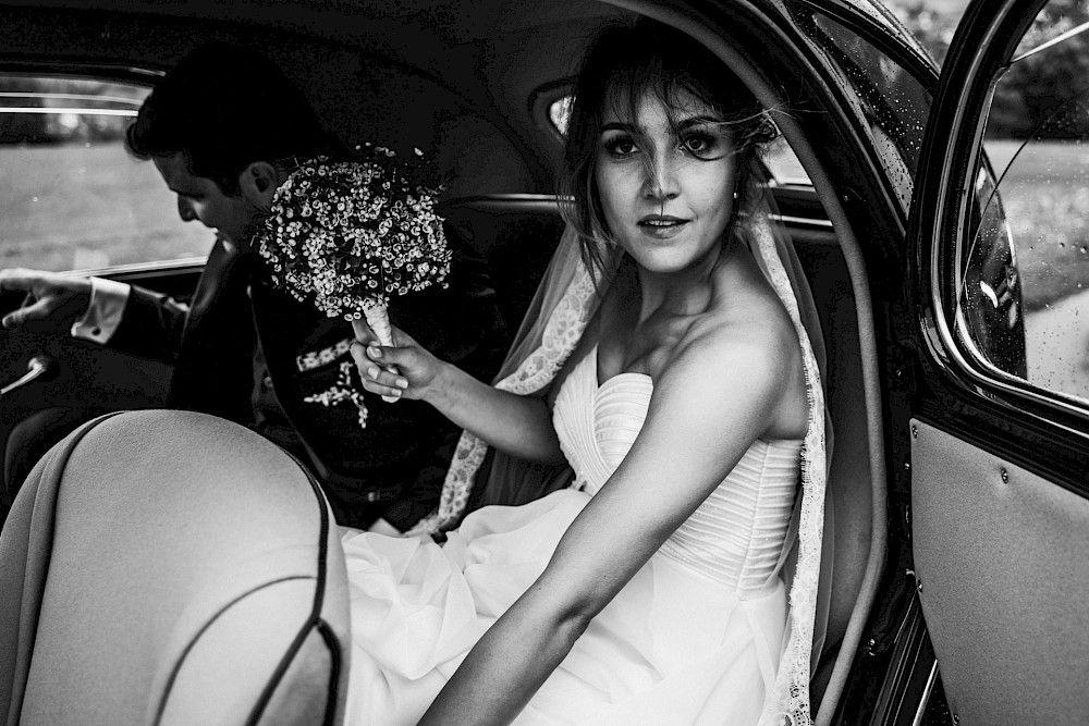 Die Braut Ist Eben Angekommen Braut Auto Schwarzweiss Hochzeit Hochzeit Braut Hochzeitsfotograf