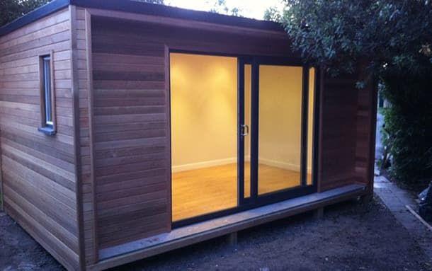 The box caseta para el jard n construida en madera el for Cobertizo de madera de jardin contemporaneo