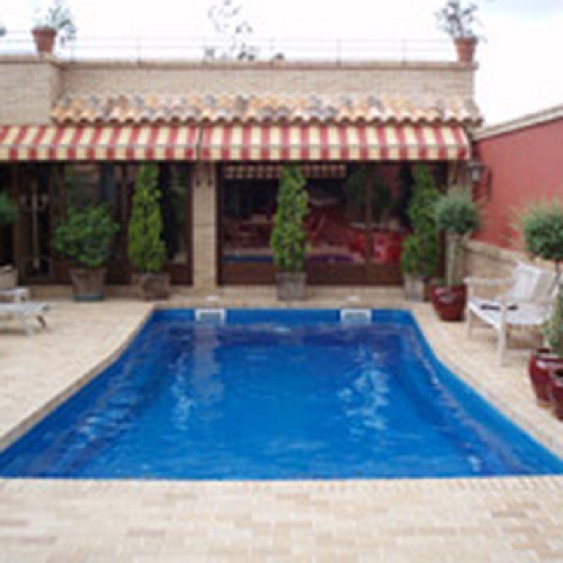 una piscina sugerente, ideal para personas que buscan un estilo
