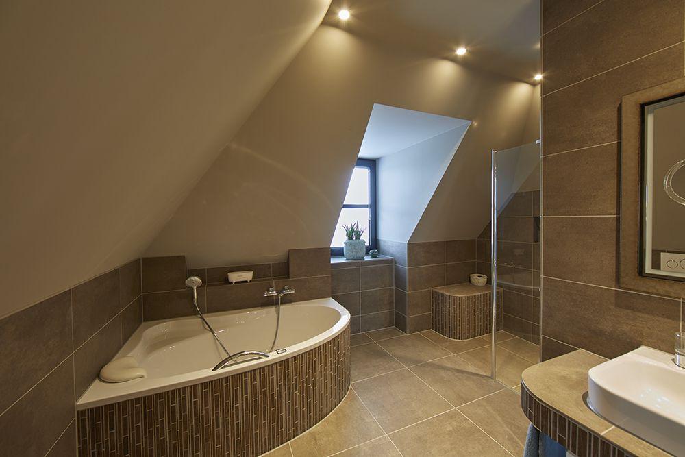 In deze bruine badkamer is de combinatie gemaakt tussen grote en ...