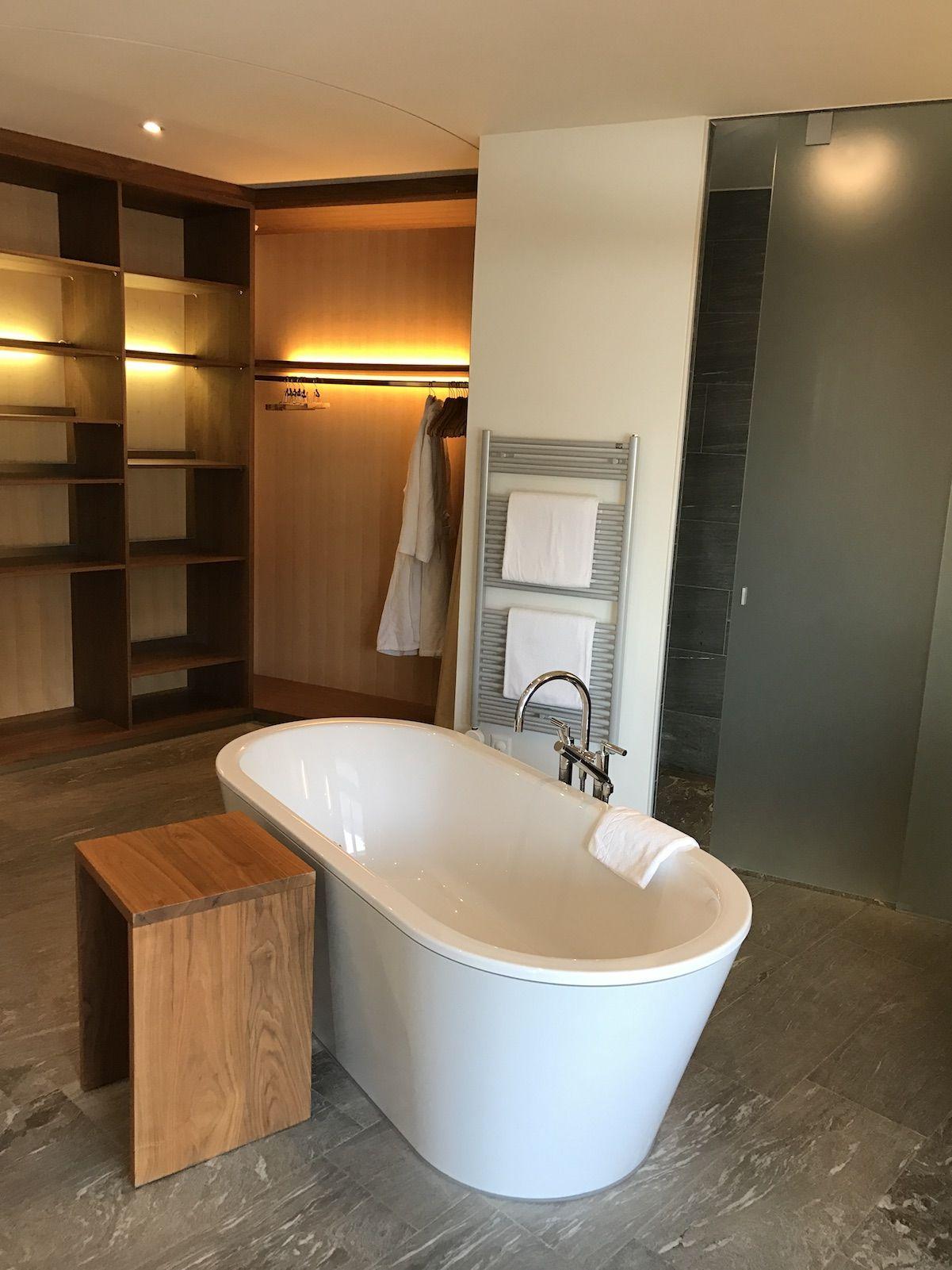 Frei Stehende Badewanne In Der Spa Suite Im Riesen Badezimmer Wald Hotel Zauberberg Davos