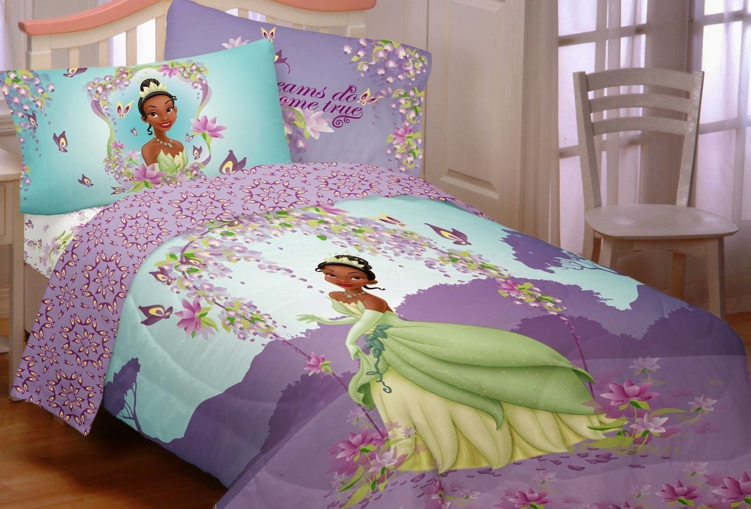 Bedroom decor ideas and designs how to decorate a disney for Princess themed bed