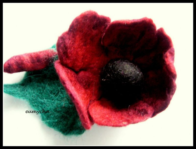 Filcowany Na Mokro Kwiat Broszka Wykonany Z Czesanki Hiszpanskiej Www Robotkowyswiatmychy Blogspot Com Felt My Works