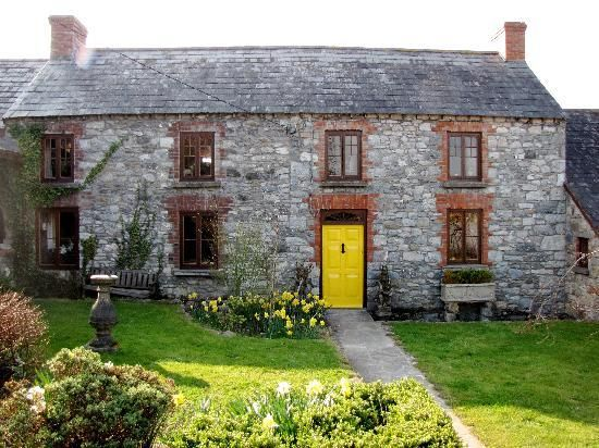 dainty cottage in Ireland. What a dream.
