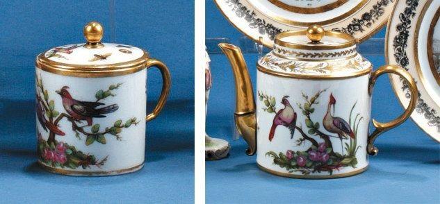Une théière et une tasse litron en porcelaine à décor polychrome d'oiseaux branchés avec rehaut d'or. XIXe siècle. Marquées 'MD' au dos