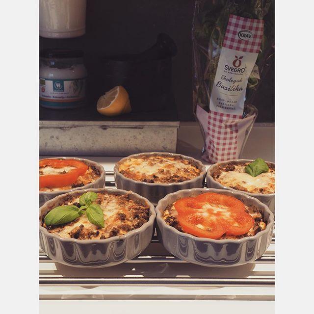 🌸❕Lunchtips❕🌸brukar ni också få över tacofärs efter en taco-kväll? Då går det utmärkt att göra små tacopaj utan botten. Jag blandar ihop ägg, riven ost, kvarg/gräddfil/créme fraîche, mjölk, svartpeppar, oregano och salt och lite chillisalt. Lägger några tomater i botten på formarna, trycker ut färsen, häller på äggstanningen och gräddar i 15 min på 200 grader. Väldigt gott och enkelt 👌🏻 Fav favs tacos todo LCHQ paleo