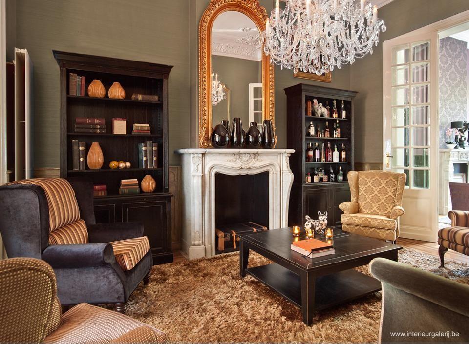 De kroonluster vormt het middelpunt in het royal chique for Klassieke woonkamer inrichting