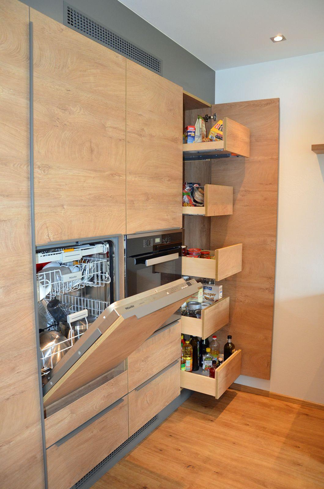 Küche in Eiche mit praktischen Auszieh- Schubladen und erhöhtem
