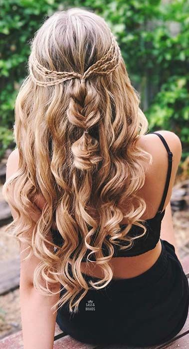 As A Woman Of A Contemporary Age If You Wish One Thing Fantastic And Stylish Then These Ten Beautiful Down Curly Hairstyles Homecoming Hairstyles Hair Styles