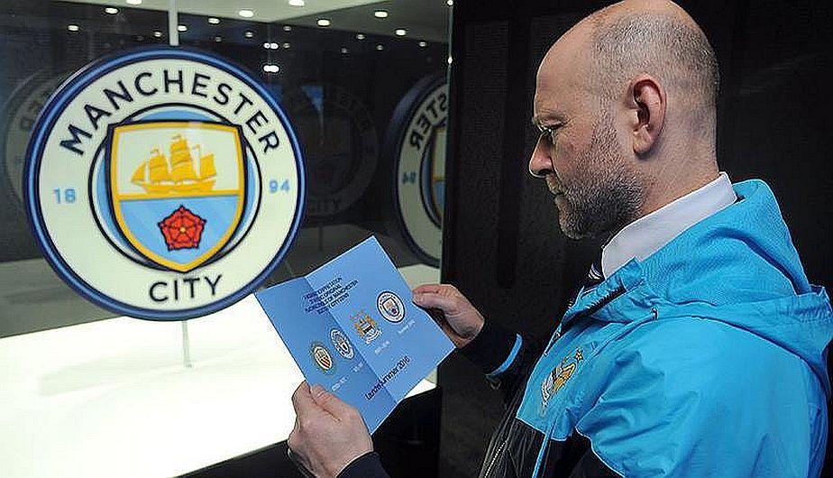 Manchester City ya tiene nuevo escudo, el cual fue presentado por sus mismos hinchas en el partido del Boxing Day que tuvieron ante Sunderland. Allí, los fanáticos de los 'citizens' sacaron una gran banderola previo al cotejo, la cual lucía el nuevo emblema del club. Dic 28, 2015.