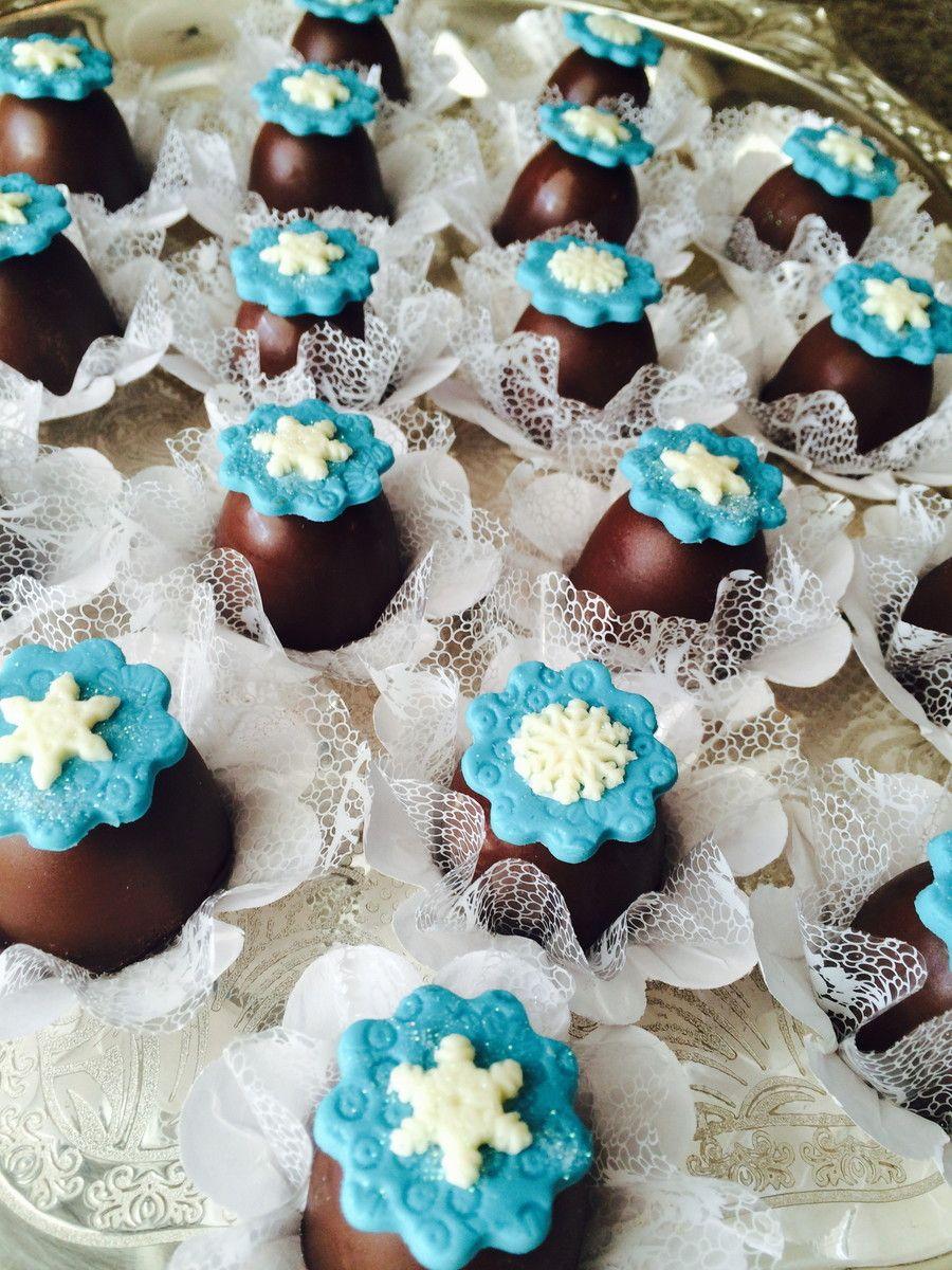 Bombom recheado, em detalhe de pasta americana ou leite em pó (Ninho).  O nosso chocolate é belga.  Você pode escolher branco ou ao leite.  Os nossos recheios são:  Ninho  Brigadeiro  Beijinho  Doce de leite  Os nossos bombons vêm em tapetinho e caixeta (ver foto).