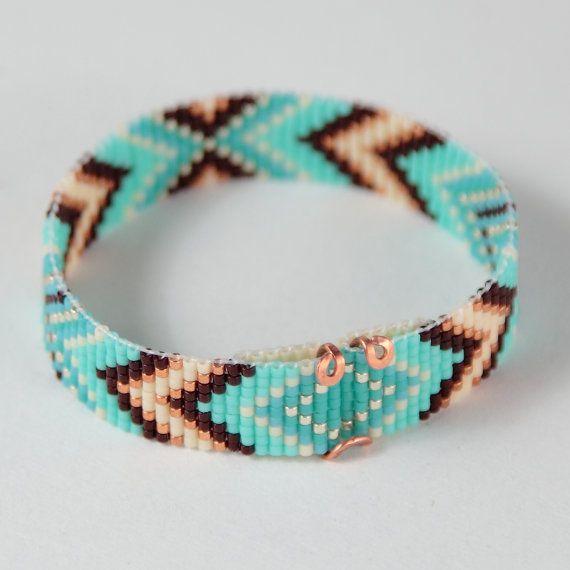 Ce bracelet manchette Annie Oakley Turquoise Chevron perles Loom a été inspiré par les beaux motifs Amérindiens, que je vois autour de moi ici à Albuquerque, Nouveau-Mexique. Comme pour toutes mes pièces, je lai ai créé sur un métier à tisser perles avec grand soin et souci du détail.  Les perles utilisées dans cette pièce sont mes préférés - verre haute qualité japonaise Delicas, beaucoup plus homogène et plus cohérente que travail métier à tisser les perles plus couramment utilisés dans…