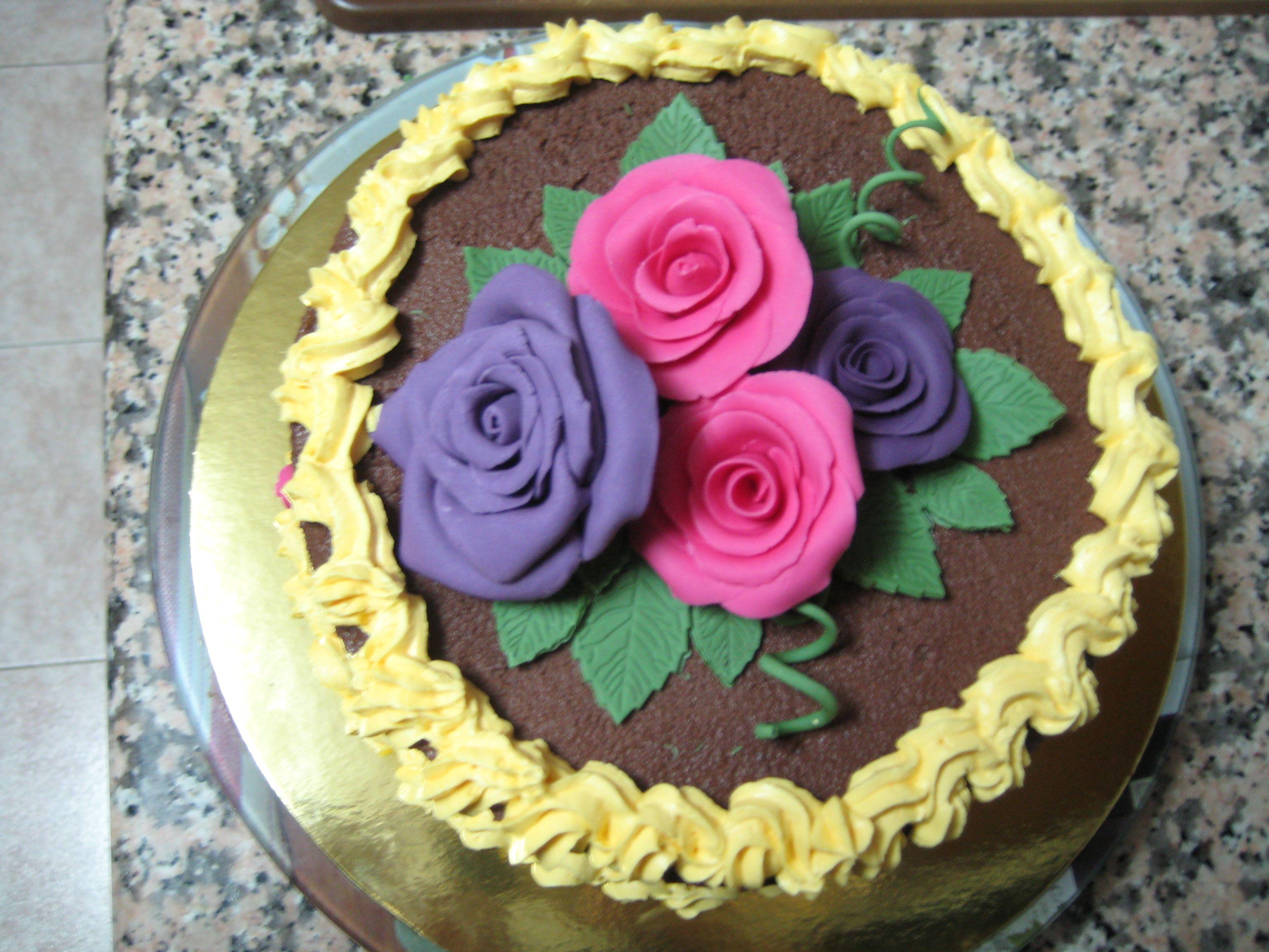 Tarta para el día de la madre desde arriba con bouquet de Rosas.