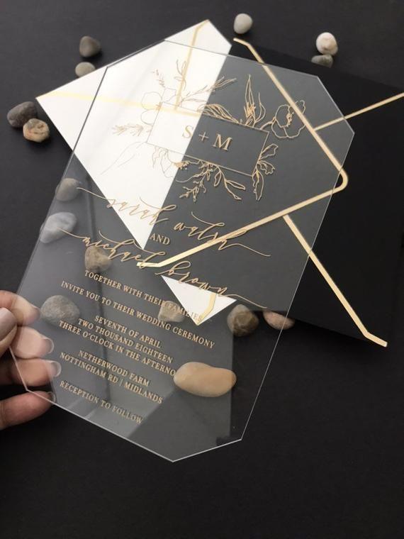 Ähnliche Artikel wie Clear Acrylic WEDDING INVITATIONS laser cut geometric plexiglass black white gold luxury modern calligraphy floral wreath monogram invite auf Etsy