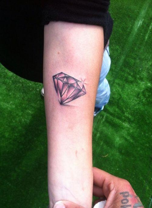 Photos et mod les de tatouage de diamant tatoos tatouages pinterest tatouages de diamant - Tatouage diamant poignet ...