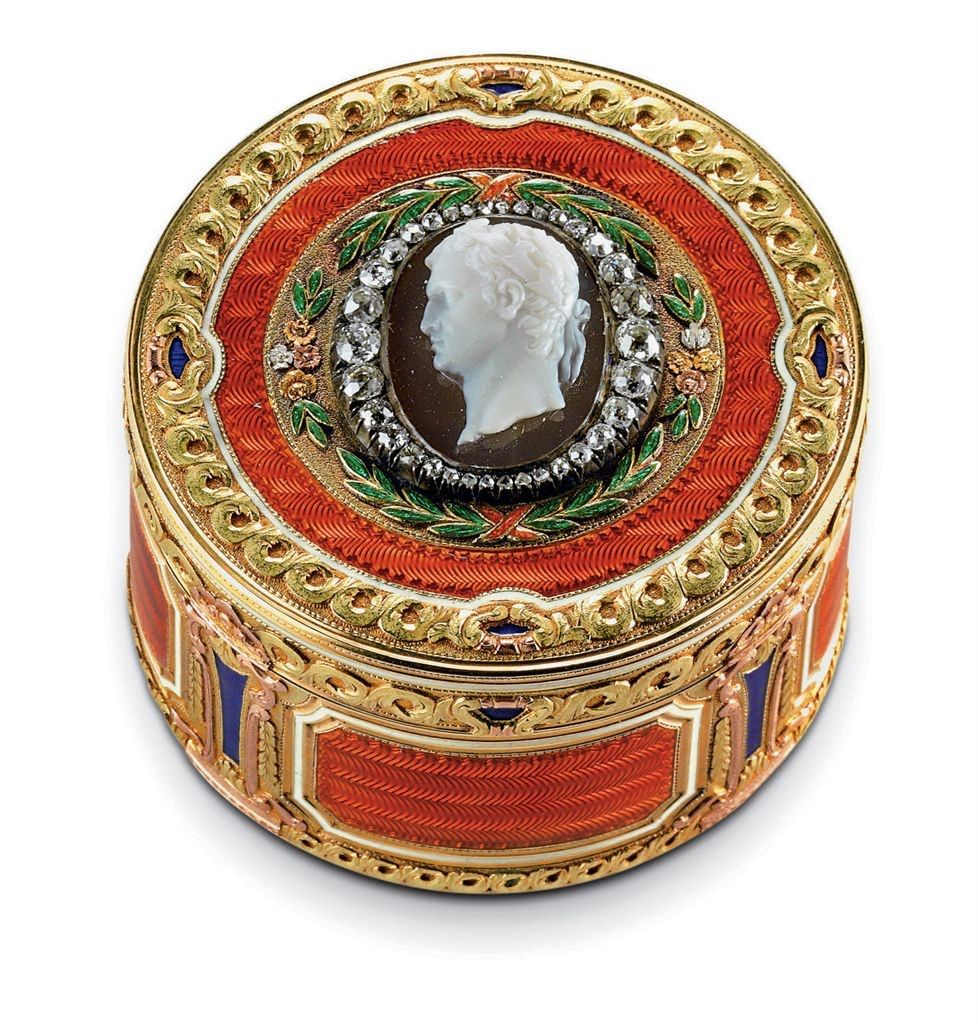 a_three-colour_gold_hardstone_and_guilloche_enamel_box_marked_faberge_d5321980g.jpg 978×1.024 piksel