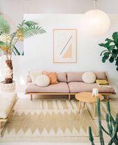 Photo of Soggiorno con un divano rosa con elementi in legno chiaro. Un po '#d …