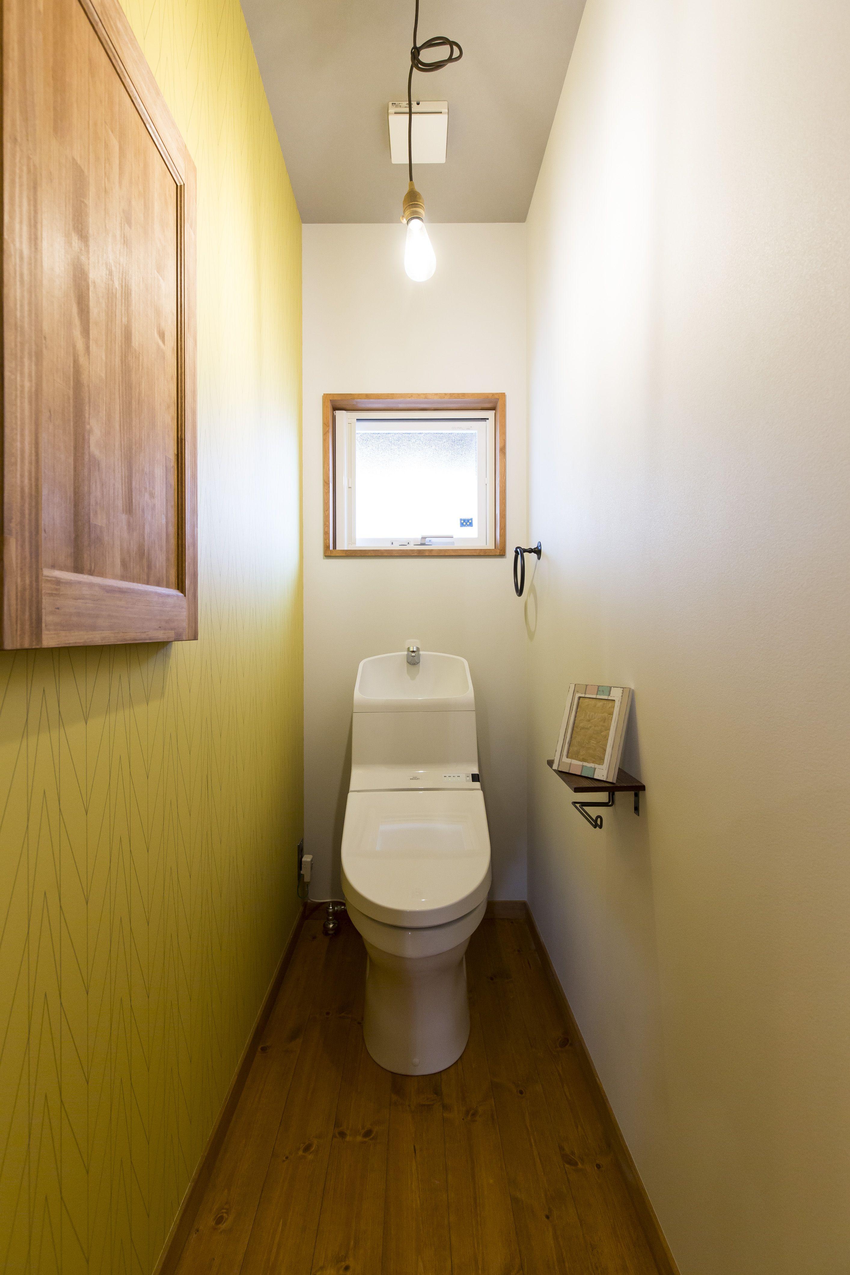 イエローのアクセントクロスがかわいいトイレ 施工事例 Bino Bino