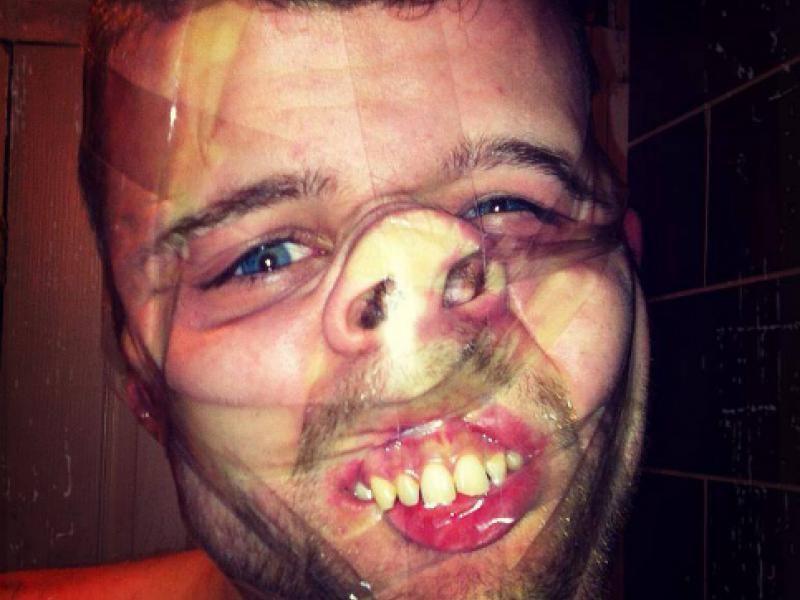2 salopes font caca dans la bouche d'un gars - orgietvcom