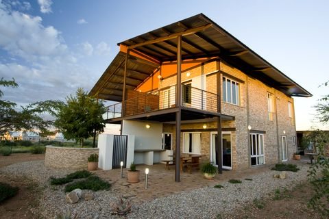 Huizenruil.com - Aanbieding #373105 - Modern, spacious, upmarket home on private game estate close to Windhoek. Unlimited views, huge park with abudant game to walk in, great base for exploring Namibia