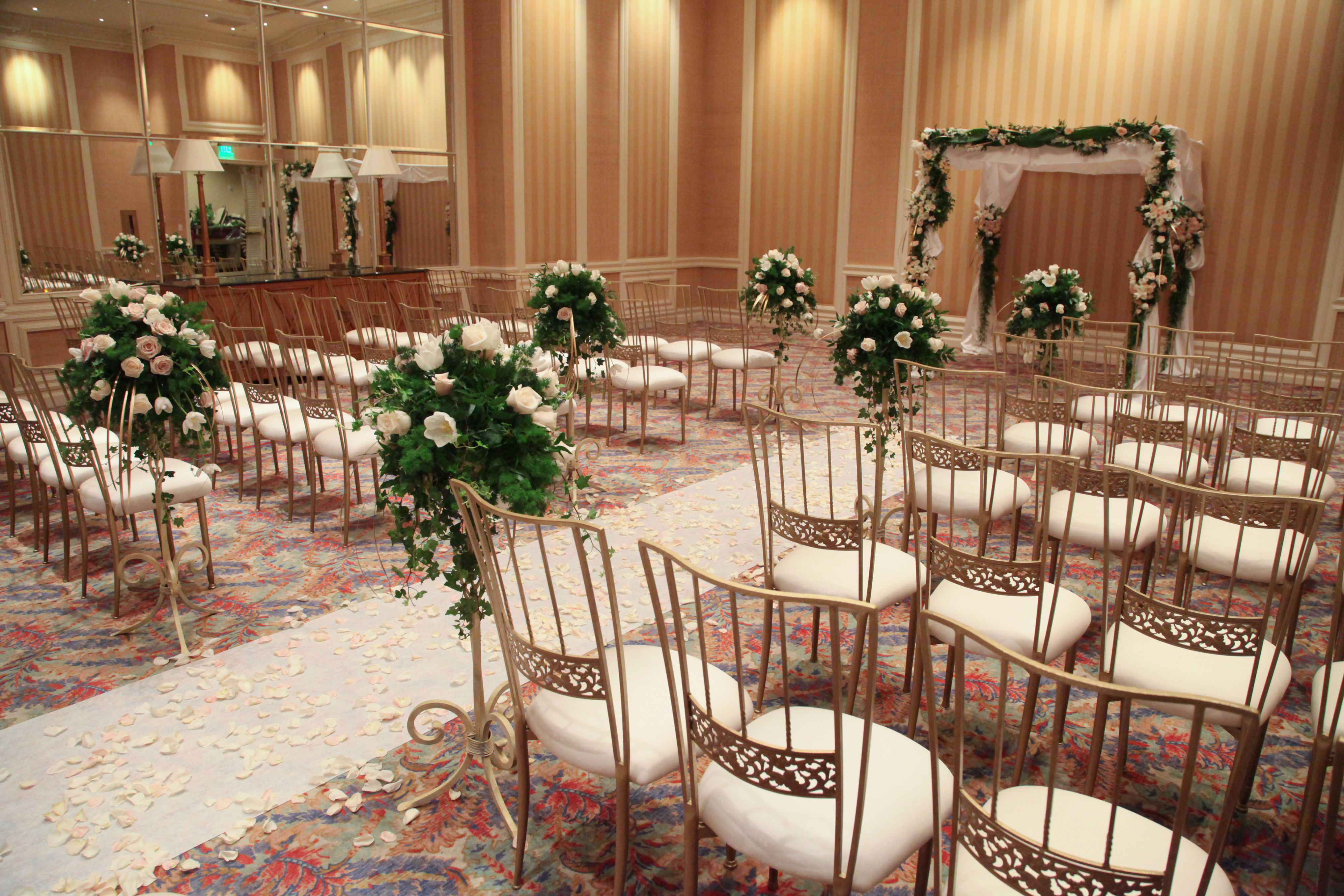 If A Traditional Wedding Venue In Las Vegas Is What You Seek The Wedding Chapel At The Mirage I Las Vegas Wedding Inspiration Las Vegas Weddings Vegas Wedding