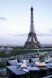 Shangri-La Hotel, Paris dinner Eiffel Tower view // un excelente lugar para la luna de miel