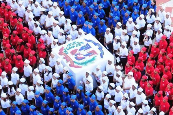Como Hicieron La Bandera Dominicana Humana En La Camara De Diputados Imagenes Domini Garden Calendar Dominican Republic Dominican Republic Independence Day