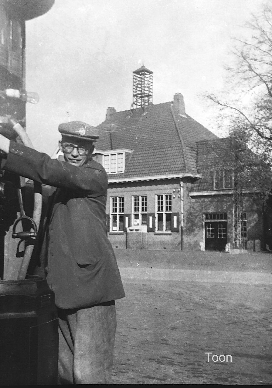 1935. Toon Verdijsseldonck voor zijn Shelbenzinepomp op