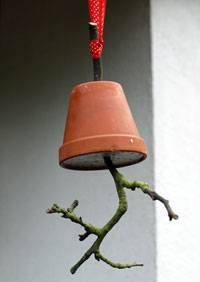 """Futtertopf für den Vogel-Winter - """"Langsam wird es ganz schön kühl draußen. Mit dieser hübschen Futterglocke kannst du hungrigen Vögeln einen Gefallen tun, und gleichzeitig schöne Deko für dein Küchenfenster basteln."""""""