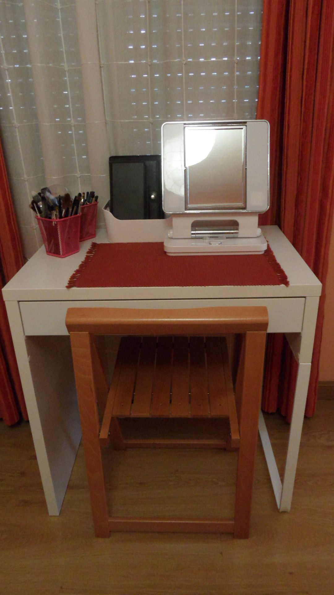 Mi tocador escritorio micke de ikea y espejo de el outlet del maquillaje los organizadores del - Espejo con bombillas ikea ...