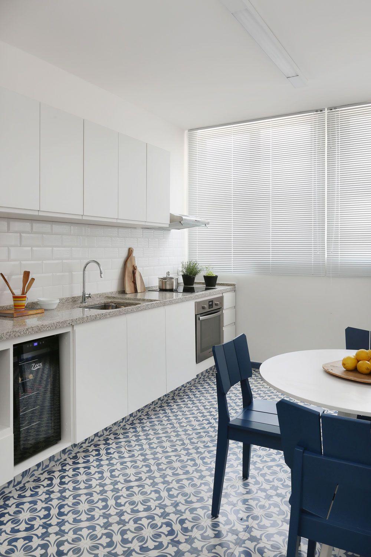 Cozinha branca, clean e minimalista. Marcenaria branca, revestimento ...