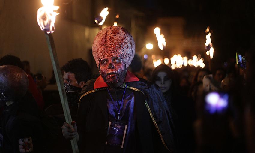 La Marcha de Bestias. Tlalpujahua, Michoacán.15 fotos en Cuartoscuro: desde la máscara del 'Chapo' hasta el Circo de los Horrores - Aristegui Noticias