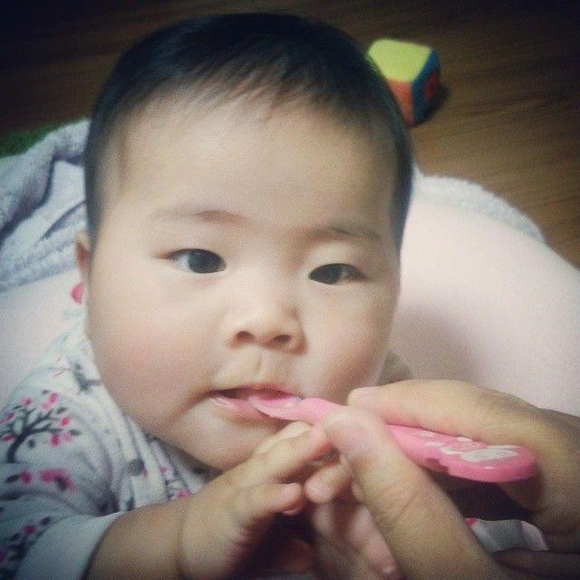 赤ちゃん娘、離乳食。 人生初バナナ。