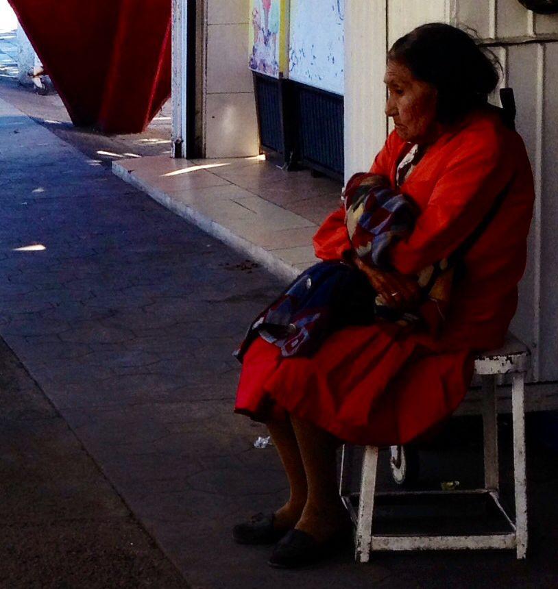 Anciana en la frontera de Nogales Sonora.   Que sentimientos guarda, en que piensa???