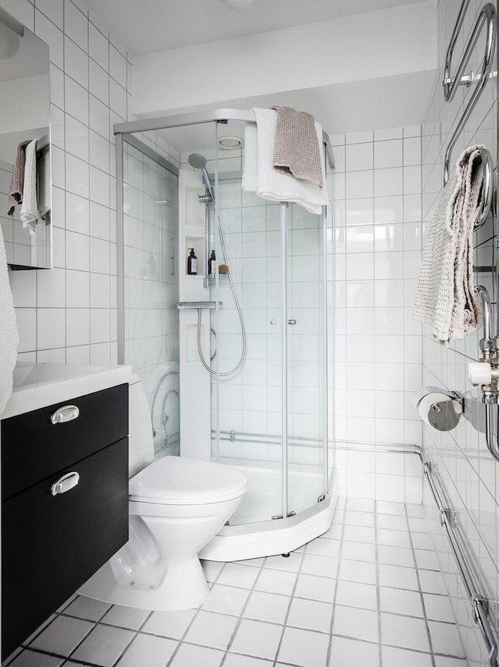 Appartement blanc  une déco à l\u0027esprit hygge - ClemAroundTheCorner - salle de bain meuble noir